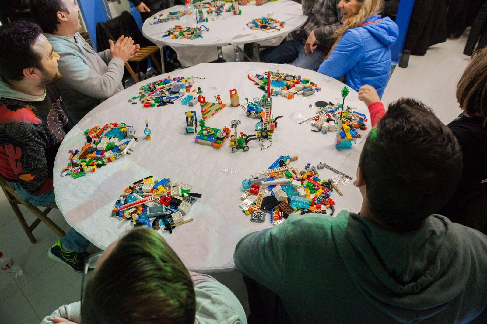En la sesión de Lego Serious Play se trabajó en equipo de una manera divertida